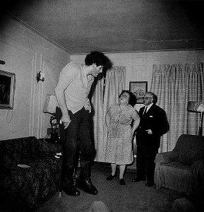 צילומה של דיאן ארבוס של אדי כרמל עם הוריו ב-1970