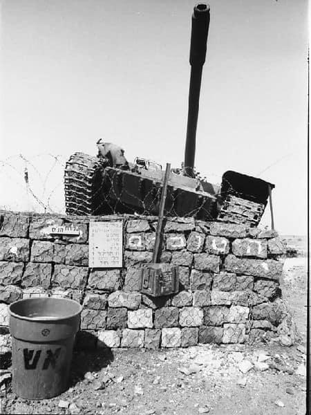 """טנק סורי נבלם בכניסה למוצב 116 של צה""""ל, דרום רמת הגולן. צילום: צה""""ל"""