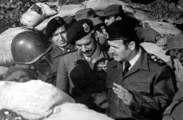 שליט סוריה חאפז אל-אסד ושר ההגנה מוסטפא טלאס בחזית הצפונית בגולן
