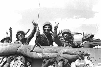 """חיילי צה""""ל נוסעים על כביש קוניטרה-דמשק למרגלות החרמון, 1973. צילום"""" לע""""מ"""