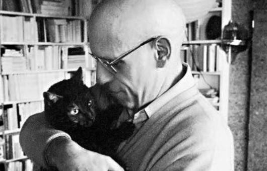 """מישל פוקו יחד עם החתול שלו """"טירוף""""."""