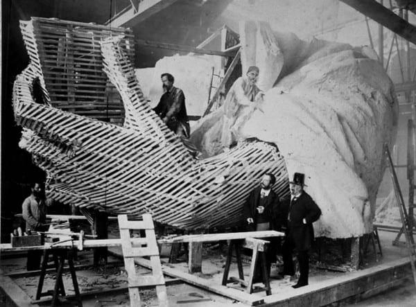 בניית פסל החירות בצרפת בין 1881-84. צילום: כריסטיאן קמפ