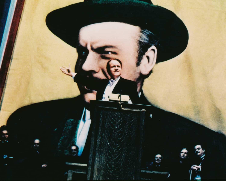 """אורסון וולס מציג לעיתונות את """"האזרח קיין"""" בבימויו, 1941. צילום: גטי-אימייג'"""