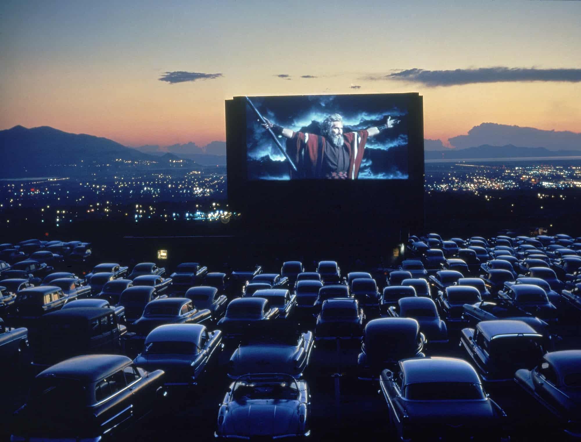 """קולנוע פתוח דרייב-אין בעת הקרנת """"עשרת הדיברות"""", אוגוסט 1958,קנזס, ארה""""ב. צילום: ג'יי.אר. איירמן, """"טיים-לייף"""", באמצעות גטי-אימייג'."""