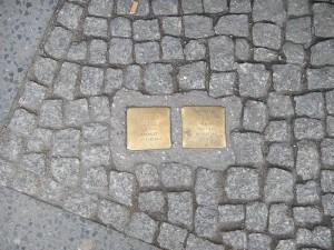 אבני הנגף שיצר האמן גונטר דמניג שקועות במדרכות בערים שונות בגרמניה במטרה להזכיר לעוברים ושבים את קורבנות הנאציזם