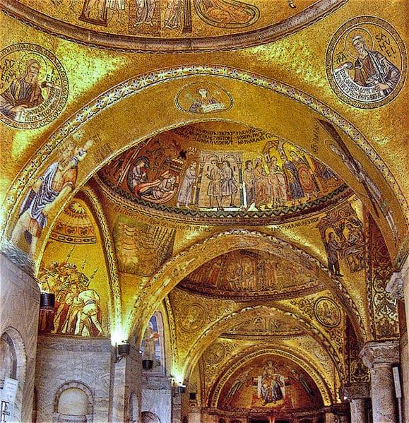 משולשים הפוכים הנוצרים בין קשתות מקומרות בבזיליקת סן מרקו בוונציה