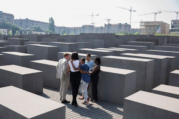 מישל אובמה יחד עם סשה ומליה באנדרטת השואה בברלין. צילום: הבית הלבן