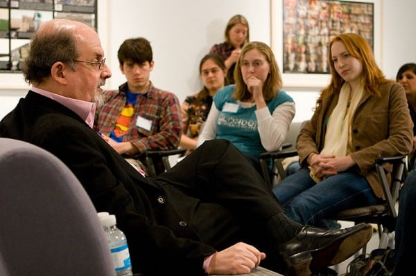 סלמן רושדי מדבר עם סטודנטים באוניברסיטת אמורי. צילום: וויקיפדיה