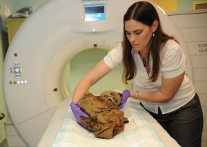 """ד""""ר טורי רנדל מכינה מומיה שנמצאה בפרו לסריקת סי.טי. צילום: הצי האמריקאי"""