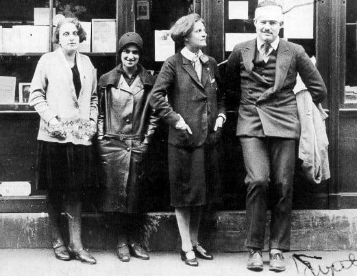 """מימין: ארנסט המינגווי ולידו המו""""לית סילביה ביץ' האמריקאית בפריז ב-1920"""