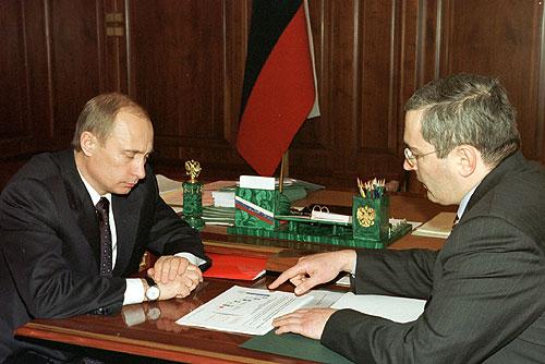 חודרקובסקי מימין עם נשיא רוסיה ולדימיר פוטין ב-2002
