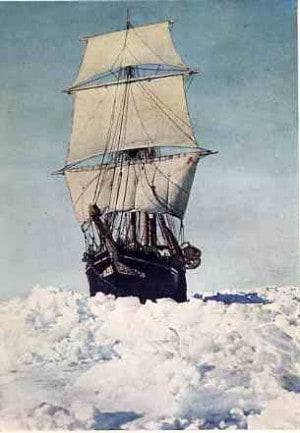 צילום של ספינתו של ארנסט שקלטון, שנתקעה בקרח בקוטב הדרומי באחד מהמסעות הראשונים לאנטארקטיקה בתחילת המאה ה-20