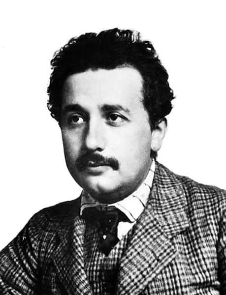 אלברט איינשטיין שנה לפני פרסום תורת היחסות, 1904.