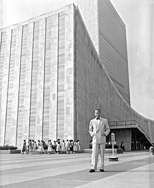 """המרשלד מחוץ לבניין האו""""ם בניו יורק, 1953. צילום: האו""""ם"""
