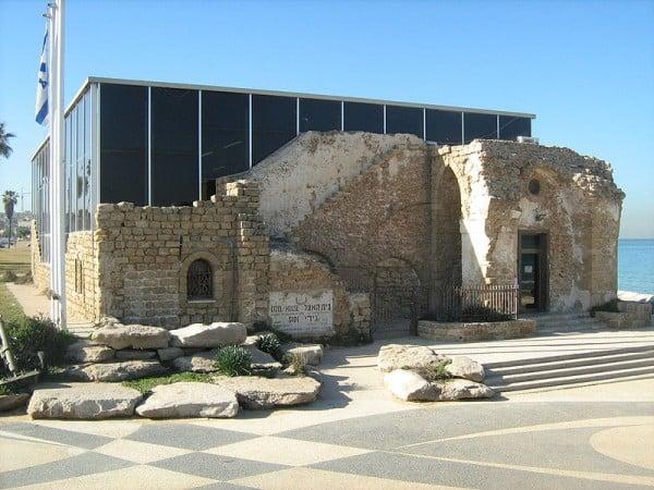 """החזית הצפונית והכניסה לבניין של מוזיאון האצ""""ל בתש""""ח. צילום: אורי, ויקיפדיה"""