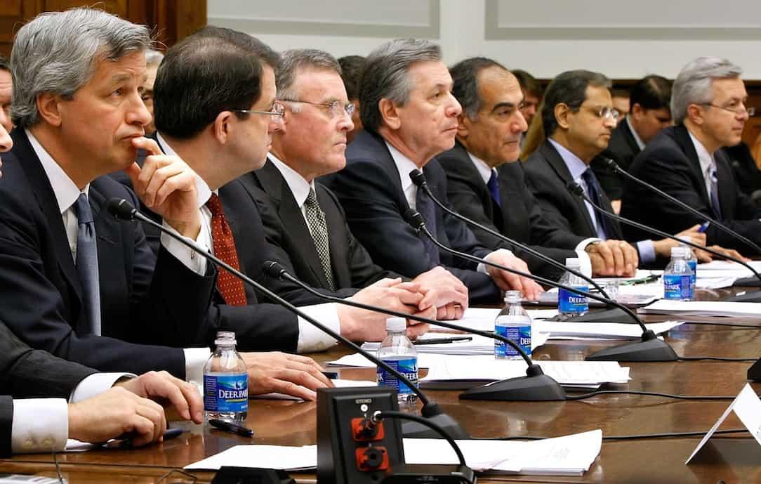 """מנכ""""לי הבנקים הגדולים. בסופו של דבר, מי שנראה כמו מנכ""""ל משתכר כמו מנכ""""ל, בלי קשר לתוצאות עיסקיות. צילום: גטי"""