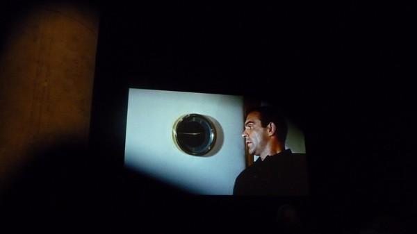 """""""השעון"""" מאת אמן הווידאו כריסטופר מרקלי. העבודה עורכת יחד אלפי שוטים קלנועיים שבהם רואים שעון ומוצגת בזמן אמת, בסנכרון עם השעה במקום התצוגה. צילום: Alex Watkins"""