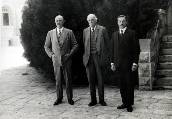 מימין: הנציב העליון הראשון הרברט סמואל בחצר בית המושל בירושלים עם הלורד בלפור והגנרל אלנבי ב-1925. צילום: פיקיוויקי
