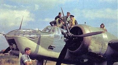 טכנאים בצבא בריטניה מטפלים במטוס מדגם Bristol Blenheim