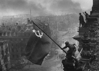 חייל סובייטי מניף דגל מעל הרייכסטאג, מאי 1945