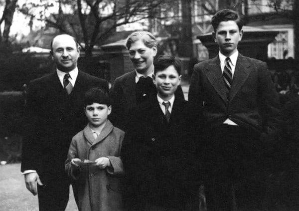 סאקס משמאל למטה, לבוש במעיל אפור, ביחד עם משפחתו בלונדון.