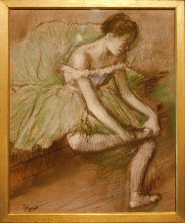 """הציור """"השמלה הירוקה"""" של דגה המוצג באוסף ברל בגלאזגו. צילום:  Jean-Pierre Dalbéra"""