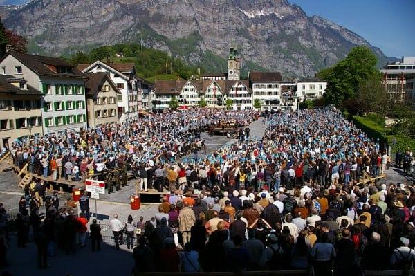 משאל עם בשוויץ ב-2009. דוגמה לדמוקרטיה ישירה, האפשרית בבחירות בקנה מידה קטן.