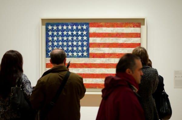 """מבקרים במוזיאון לאמנות עכשווית (MOMA) בניו יורק מביטים בעבודתו של ג'ונס """"דגל"""". צילום: צ'ייס אליוט קךארק"""