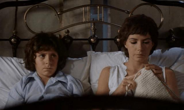 """מתוך הסרט """"הכינו את הממחטות"""" (1978). הילדון כריסטיאן הופך למאהבה של סולאנג', שלא מצליחה להרות."""