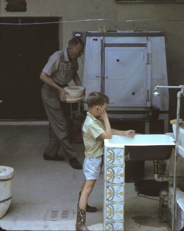 ילד חולם בהקיץ בסטודיו של אמו בוונצואלה 1963. צילום: A.Davis