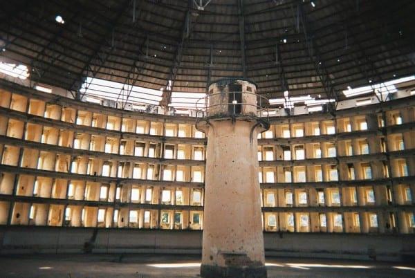 """מבט על פנים """"בית הכלא לדוגמה"""" (""""Presidio Modelo"""") שנבנה במתכונת פנאופטיקון, בקובה, 2005"""