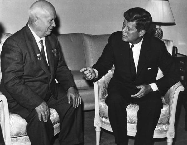 """נשיא ארה""""ב ג'ון פ' קנדי עם ראש ברית המועצות דאז ניקיטה חרושצ'וב ב-1961"""