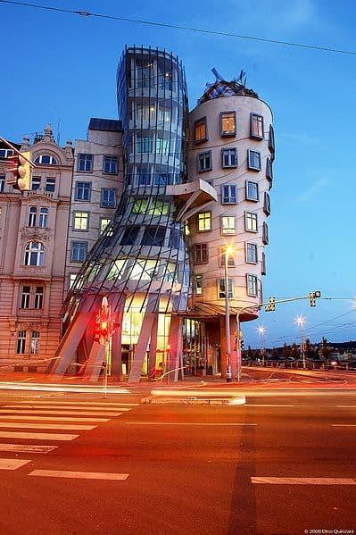 """""""הבית הרוקד"""" בתכנונו של גרי בפראג."""