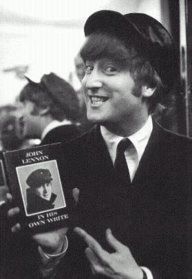 """ג'ון לנון מחזיק עותק מספרו """"In his own write"""". צילום: אוניברסיטת פן"""