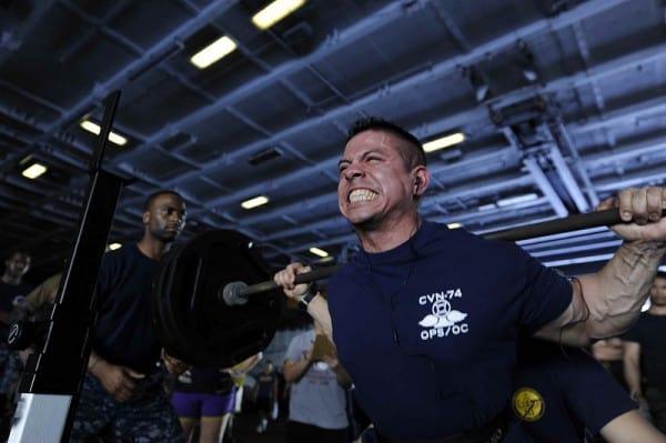 """חייל אמריקאי מרים משקולות במחנה אימונים של חיל הים. צילום: העמוד הרשמי של חיל הים של צבא ארה""""ב, פליקר"""