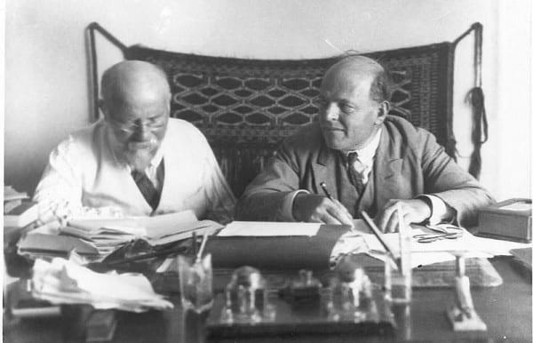 חיים נחמן ביאליק ויהושע חנא רבניצקי בסביבות 1934