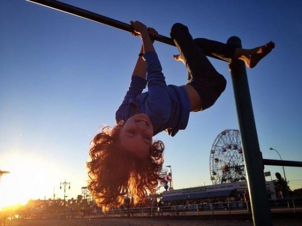 ילדה משחקת בקוני איילנד שבניו יורק. צילום: פליקר