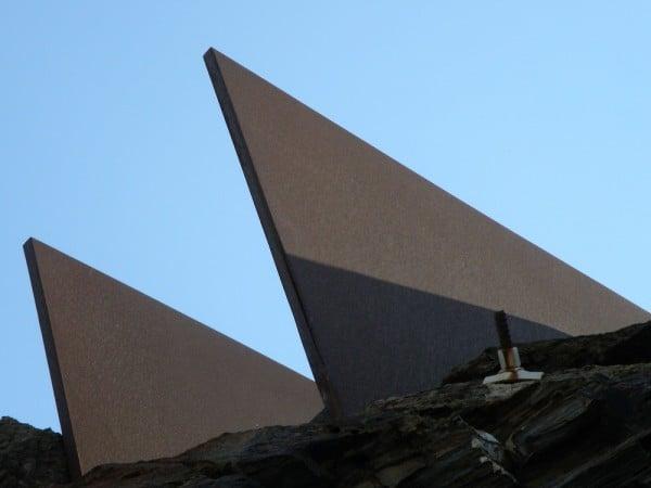 האנדרטה לזכרו של בנימין מאת דני קרוון, מבט מלמטה. צילום: לירון מילשטיין