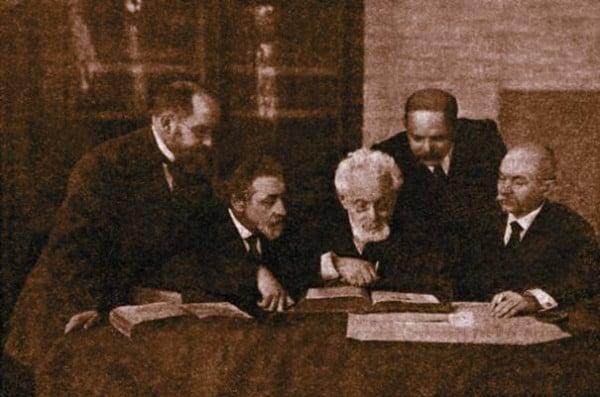 """חוג הסופרים באודסה. מימין לשמאל: שמעון פרוג, ח""""נ ביאליק, מנדלי מוכר ספרים, ש. אנ-סקי, י""""ח רבניצקי"""
