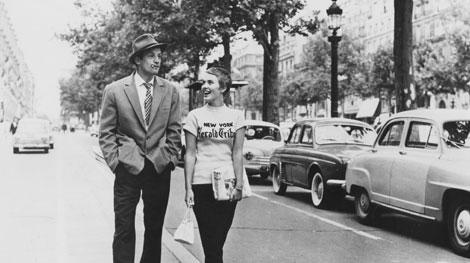 """ג'יין סיברג מחלקת את הניו יורק הרלד טריביון בסרטו של ג'ודאר """"עד כלות הנשימה"""" מ-1960."""