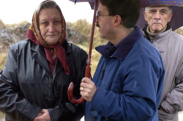 אולגה צ׳רמוביי מתראיינת לסרט תיעודי על יהודי אוקראינה. אולגה שרדה את הטבח בדובנו ב-1942. צילום: גטי אימג׳ס