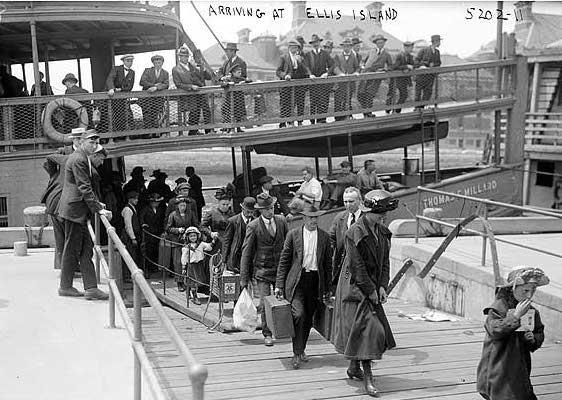 מהגרים מגיעים לאליס איילנד בניו יורק ב-1911.