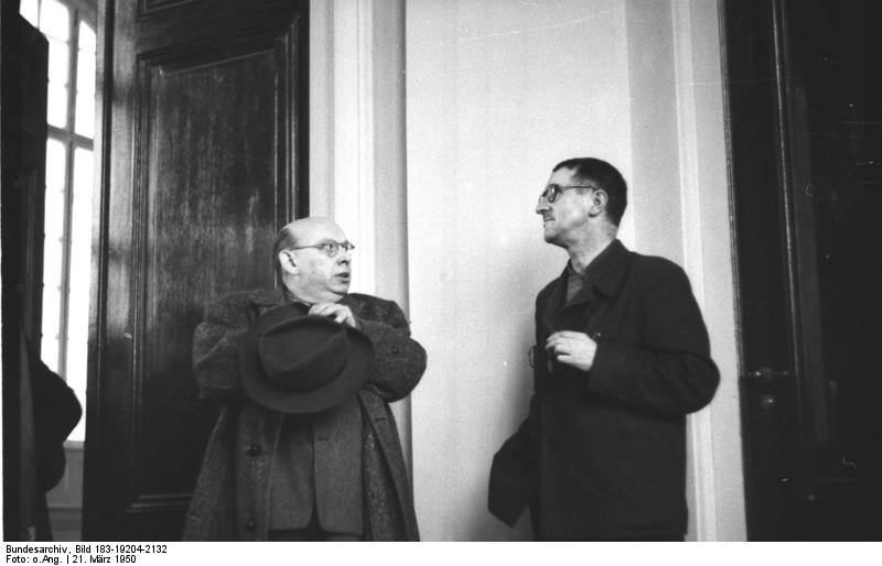 מימין: ברכט ואייזלר בברלין 1950. צילום: הארכיון הפדרלי הגרמני