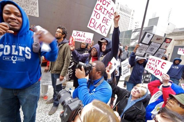 הפגנה נגד גזענות בשיקאגו בעת המשפט נגד ג׳ורג׳ צימרמן, שירה למוות בנער השחור טרייבון מרטין. צילום: דברה סוויט
