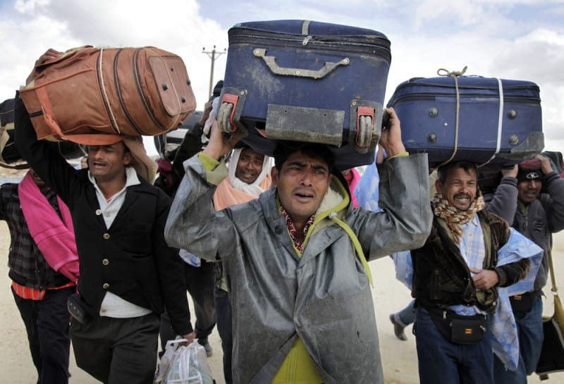 עובדים זרים מפקיסטאן בורחים מלוב לאחר פרוץ המהפכה ב-2010. צילום: גטי אימג׳ס