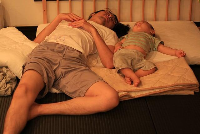 אב ובנו. צילום: טושימשה אישיבשי