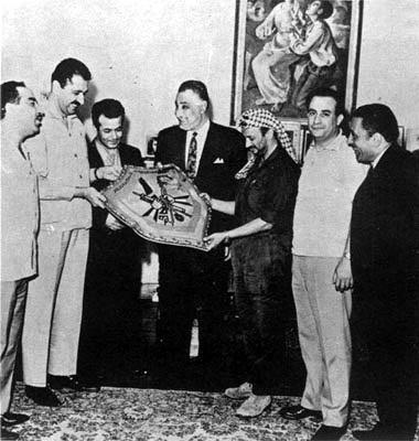 """ערפאת ובכירים בארגון הפת""""ח בפגישה הראשונה עם נשיא מצרים גמאל עבד אל נאצר בקהיר כשמונה חודשים לאחר שערפאת מונה לראש תנועת אש""""ף, 1969"""