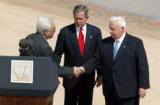מחמוד עבאס, ג'ורג' בוש ואריאל שרון בסיום פסגת עקבה, 4 ביוני 2003. צילום: סלייר