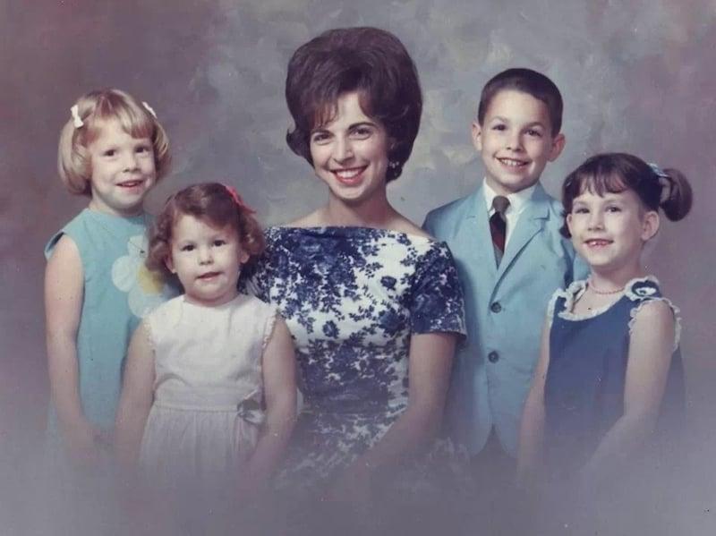 אישה עם ילדיה