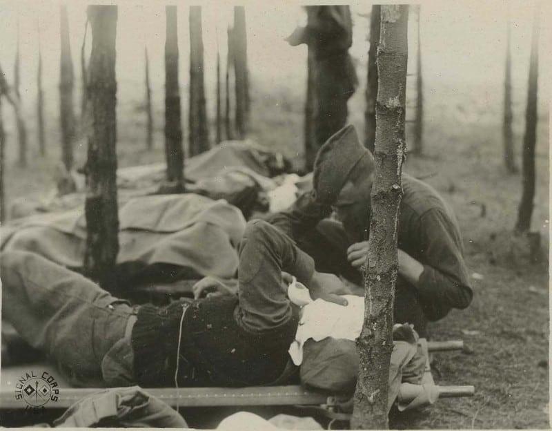חובש מטפל בחייל פצוע בצרפת בזמן מלחמת העולם הראשונה. צילום: ארכיון אוטיס